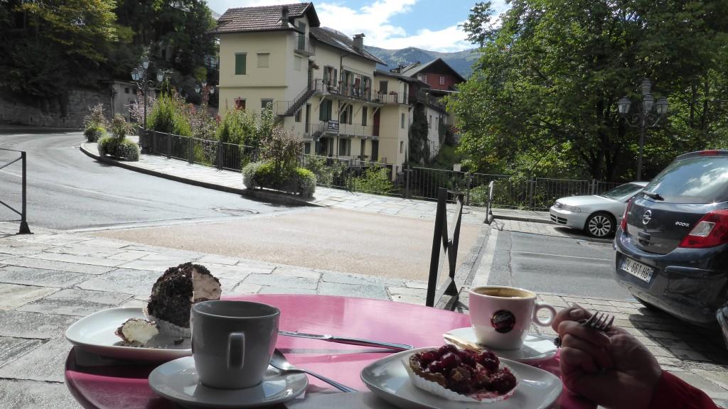 Aan deze kant van de Kaffee mit Kuchen: wij. Aan de andere kant: St.Gervais